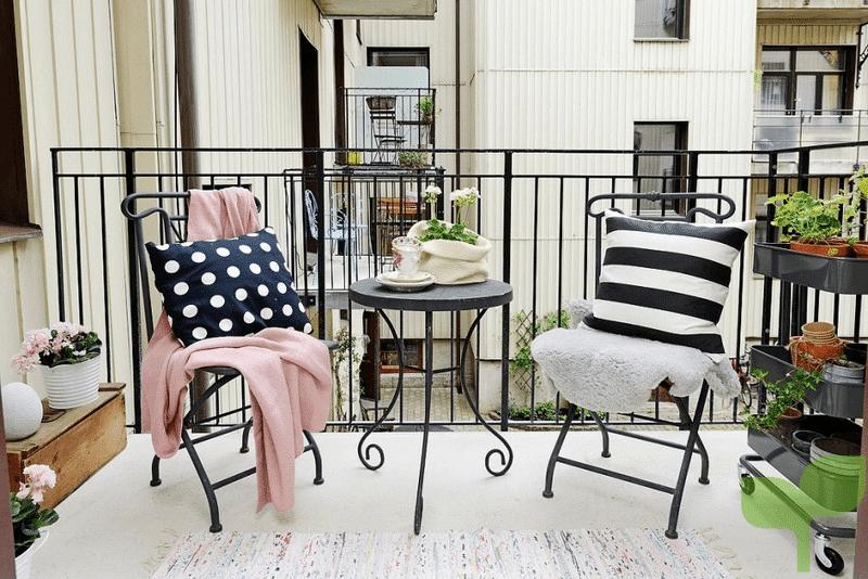 mesa y sillas pequeñas - Ideas para decorar terrazas pequeñas
